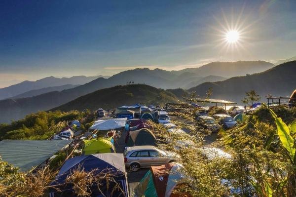 晨曦之中的深山林內露營區