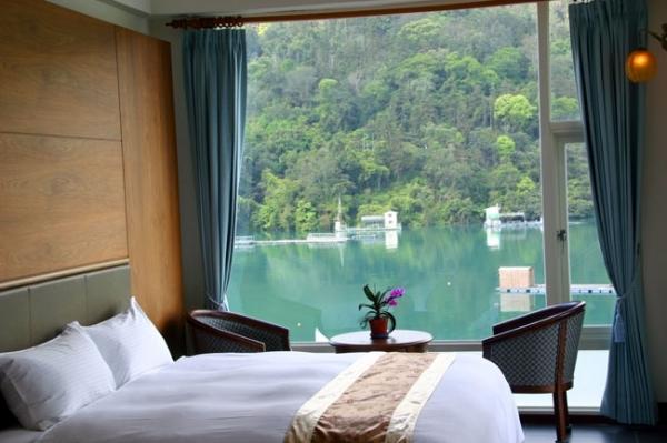 趟在床上也能欣賞日月潭湖景