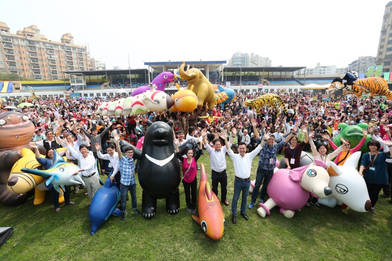 紙風車劇團執行長李永豐表示,感佩林智堅市長,為打造最幸福兒童城市的用心,今年特別與市府團隊合作,推出「新竹市兒童藝術節-伊索動物園」,打造全台最大高達17米的馬諦斯猩猩,融入普普藝術美學創造巨大動物,提供孩子不同的想像,對生活、世界有不同的觀點,這次將新竹動物園的動物特色呈現出來,希望孩子們將動物美好記憶永存在的腦海裡。   紙風車劇團表示,除了巨大化的動物之外,這次「新竹市伊索動物園」打造出不一樣的新「伊索寓言」,將每隻動物賦予新的故事,包括愛畫畫的馬諦斯猩猩,讓孩子知道如何在逆境中用創意解決問題